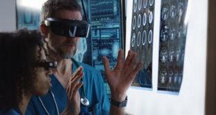 médico usando óculos de realidade virtual para testar reflexos no cérebro