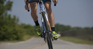 ciclista treinando, foto com foco na bicicleta para fisiologia do exercício