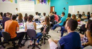 médicos e estudantes reunidos em evento você além da medicina