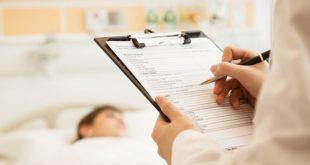 prontuário médico em foco, com paciente com coronavírus deitado na maca