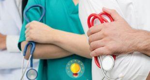 médicos e enfermeiros de braços dados para conversa sobre febre hemorrágica