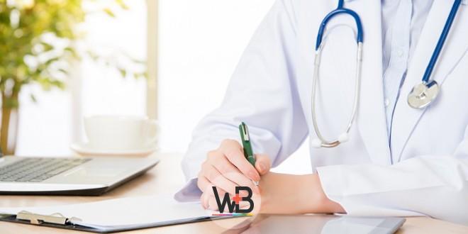 médica escrevendo sobre dismenorreia