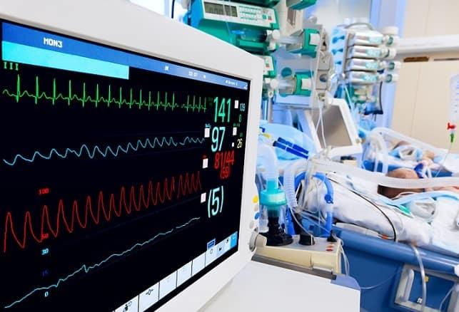 unidade de terapia intensiva pediátrica, com monitor ECG em foco, e criança com coronavírus