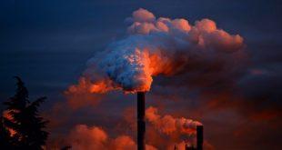 chaminés de fábricas causando poluição do ar, que pode ter relação com depressão