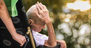 idoso com as mãos na cabeça, em cadeira de rodas; sofreu violência contra idosos