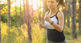 mulher com hábitos saudáveis correndo na mata