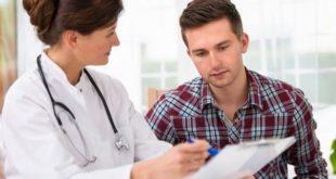 médica mostrando prontuário a paciente homem