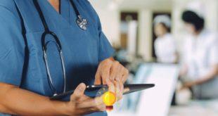 enfermeiro com prontuário de paciente com intoxicação alcoólica