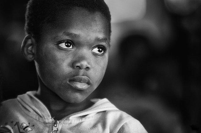 criança negra com olhar triste, propensa ao suicídio