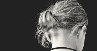 menina de costas, com depressão, propensa a suicídio