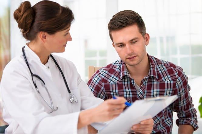 médica mostrando diagnóstico de dispepsia para paciente