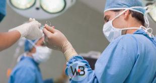 cirurgiões durante cirurgia para hiperaldosteronismo primário