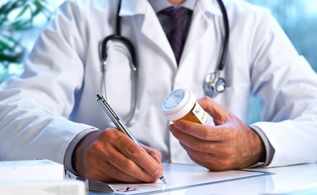 médico prescrevendo medicamento que não é considerado doping para atleta