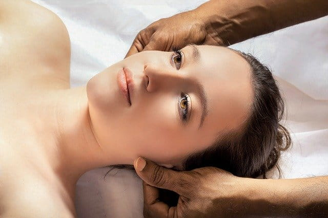 mulher fazendo procedimento de estética com equipe de enfermagem