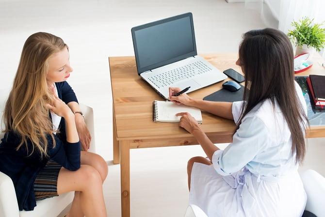 mulher com vulvovaginites em consulta médica com ginecologista