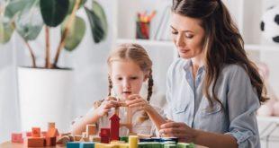 terapeuta com menina com transtorno do espectro autista