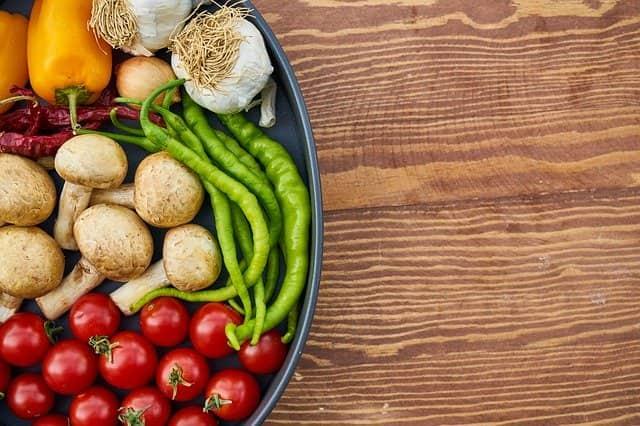 prato com legumes e verduras representando associação de alimentação com saúde da população brasileira
