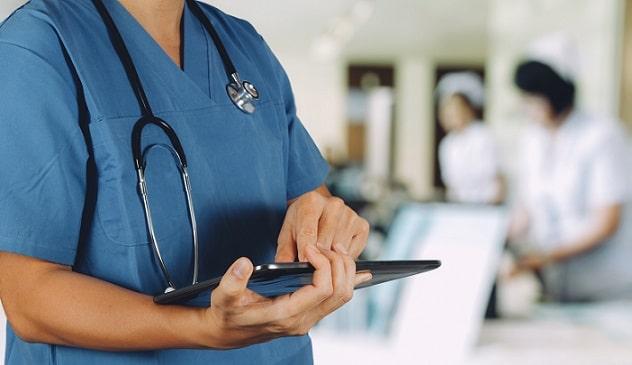 médico com prontuário de paciente que receberá alta hospitalar