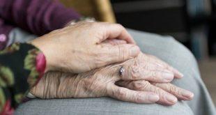 mãos de idosos que sofreram preconceito