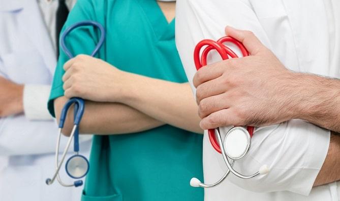 médicos e enfermeiros segurando estetoscópio pensando em saúde mental
