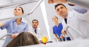 médico e enfermeiros levando paciente com sepse para terapia intensiva
