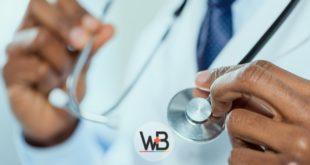 médico segurando estetoscópio para cuidar de paciente com disfagia