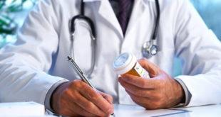 médico prescrevendo desmame de medicamento para doença inflamatória intestinal