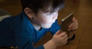 menino jogando no celular