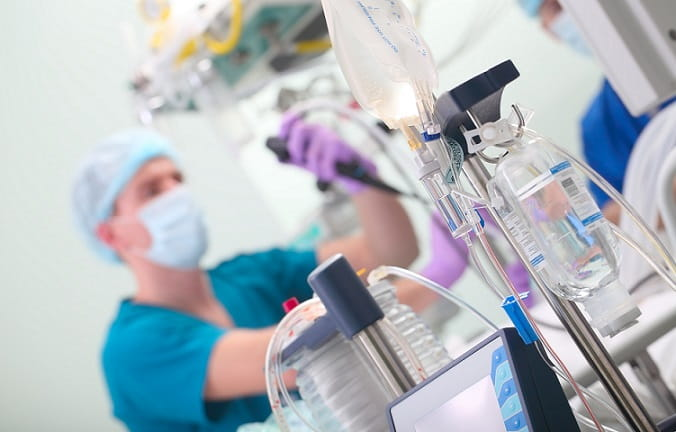 médico endoscopista participando de cirurgia minimamente invasiva para tumor de wilms
