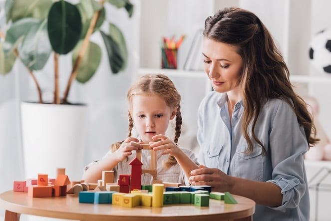 menina com TDAH brincando com blocos