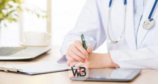 médico anotando em prontuário de paciente com hipertensão resistente
