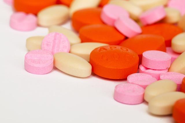 cápsulas de medicamentos variados, incluindo o novo para hipercolesterolemia