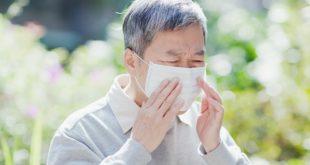 senhor com coronavírus usando máscara