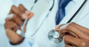 médico segurando estetoscópio antes de realizar TAVI para estenose aórtica