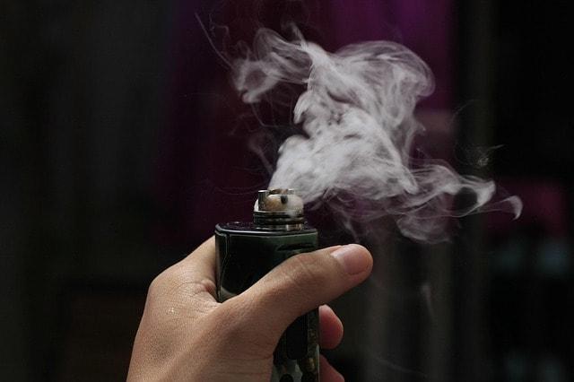 mão segurando um dos tipos de cigarros eletrônicos