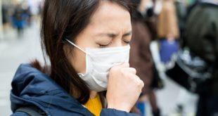 menina de máscara e coronavírus tossindo