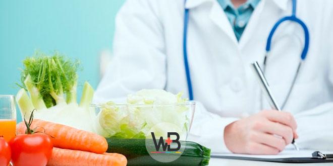médico com produtos saudáveis em cima da mesa para abordagem dietética da obesidade