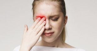 mulher com mão no olho por conjuntivite por coronavírus
