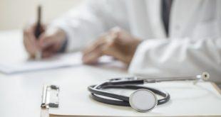 prontuário e estetoscópio de médico cuidando de pacientes com câncer e doenças do pericárdio