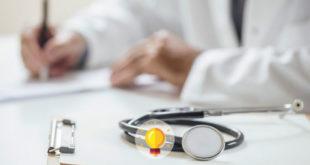 médico prescrevendo remédio para paciente com paracoccidioidomicose