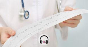médico olhando eletrocardiograma de paciente com obesidade