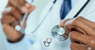 médico segurando estetoscópio para tratar paciente com gastroenterite eosinofílica
