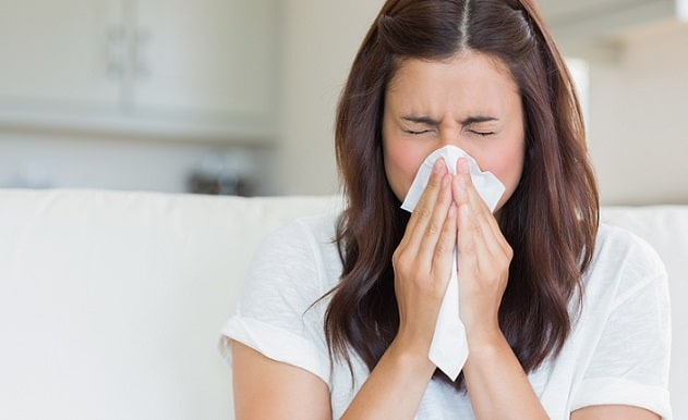 mulher com coronavírus espirrando em um papel