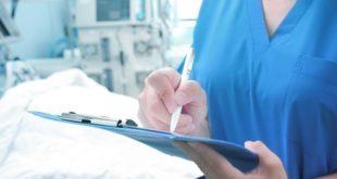 médica analisando exames do paciente com coronavirus grave