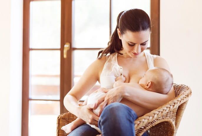 mulher com coronavírus amamentando bebê