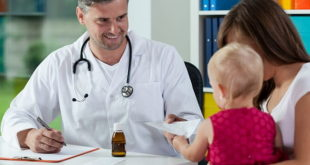 médico atendendo criança no colo da mãe e orientando sobre coronavírus