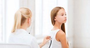médica auscultando pulmão de paciente criança com coronavírus