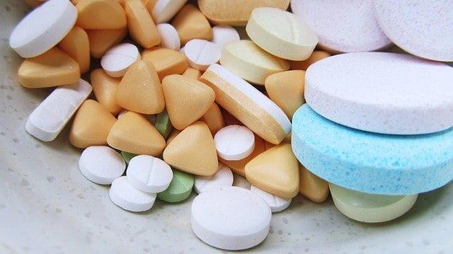 medicamentos variados, incluindo hidroxicloroquina e azitromicina