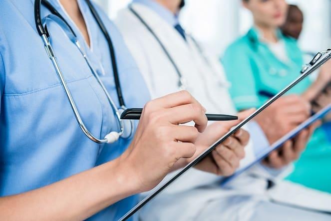 médicos fazendo anotações sobre ibuprofeno para coronavírus