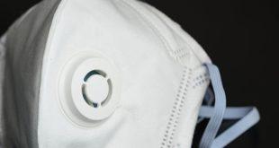 máscara n95 em fundo preto para doenças como coronavírus